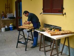 Giulio-scolpisce-il-legno